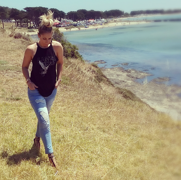 RIPPED JEANS, HEELS and a BEACH